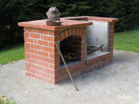 Oplocení pozemku, stavba krbu a přístřešku Tři studně